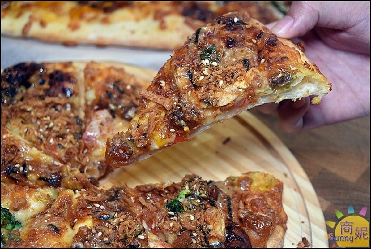 買大送小!台中咖啡廳推超狂「巨無霸披薩」,先嗑邪惡金沙夏威夷、胡麻皮蛋