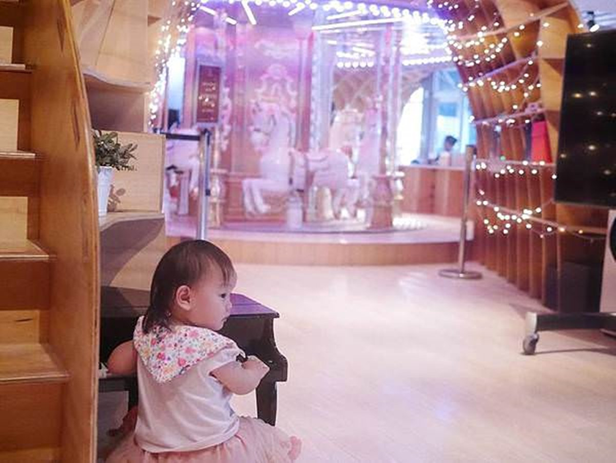 台北超夯親子餐廳!先衝旋轉木馬、馬卡龍色球池,BBQ培根披薩一吃停不下