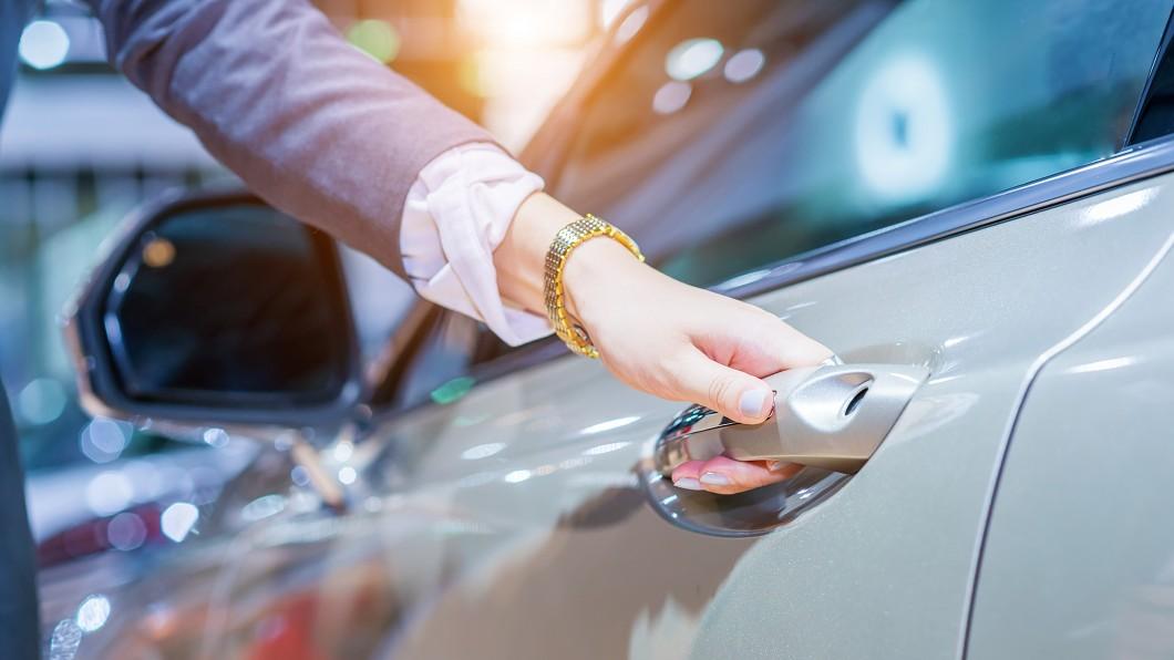 Renault集團設計總監Laurens van den Acker認為車門把手可能因為疫情而消失。(圖片來源/ Shutterstock達志影像) 疫情肆虐讓車用晶片大缺件 這項配備也可能消失不見?