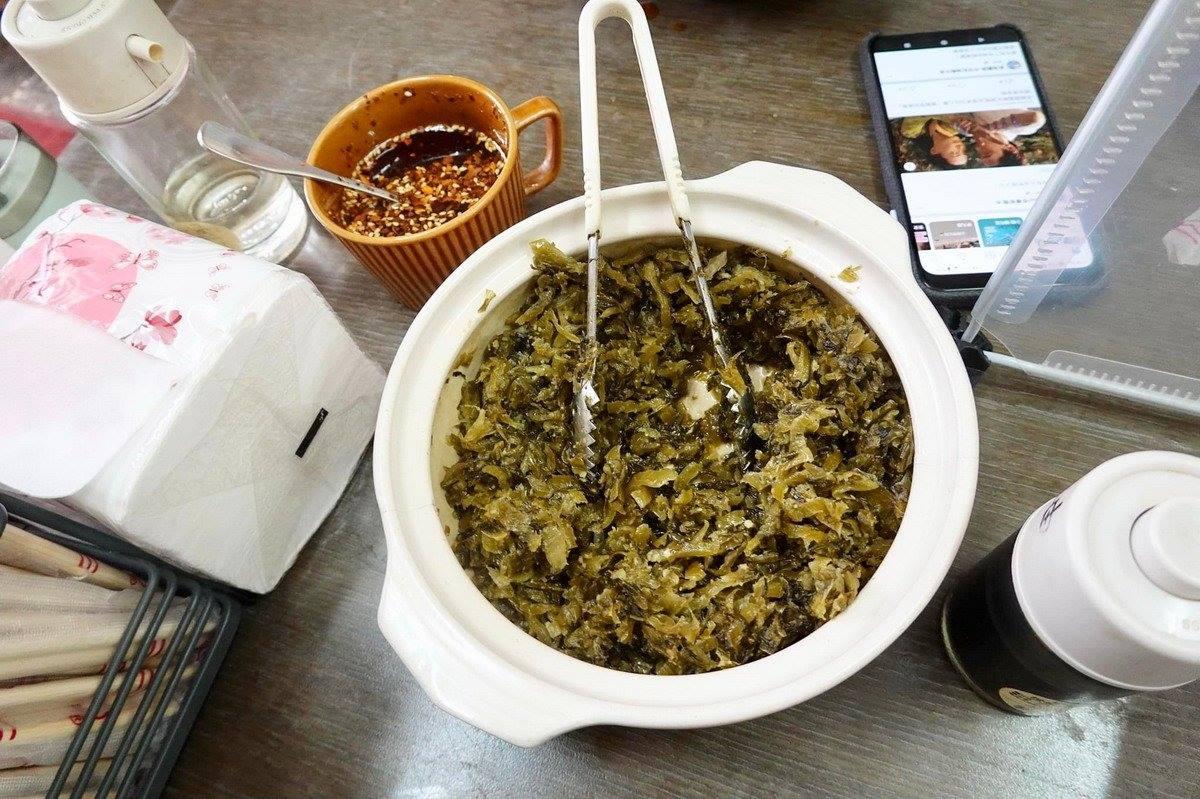 文大學生必嗑!大分量「牛肉拌麵」有濃郁蒜蓉香,還能免費喝鮮甜「豬骨湯」