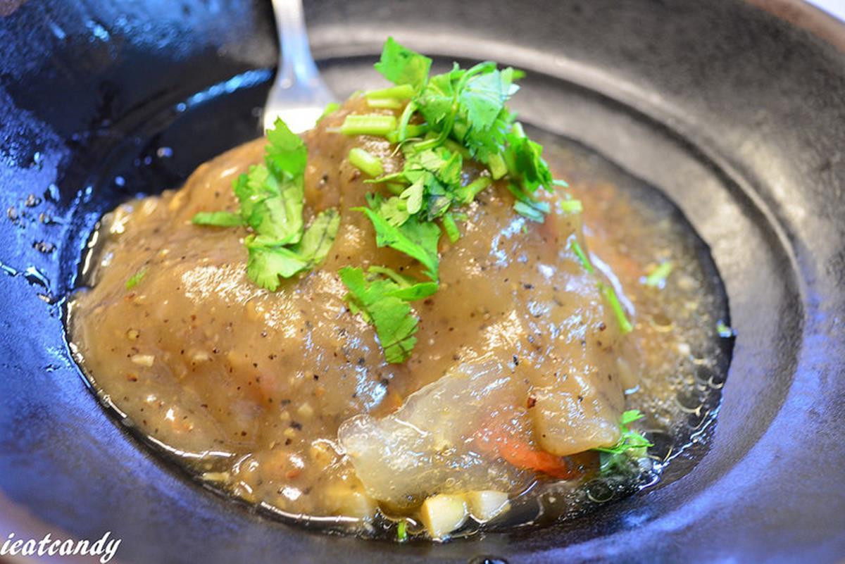超有哏!彰化「肉圓包牛排」淋黑胡椒醬像在吃西餐,再搭祕方辣醬最對味