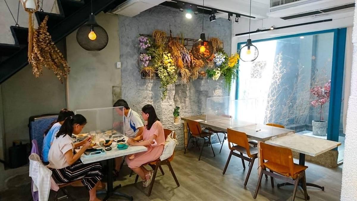 藏身台南老宅!森林系咖啡廳美拍植栽布置,必點澎派咖哩飯有3隻大蝦