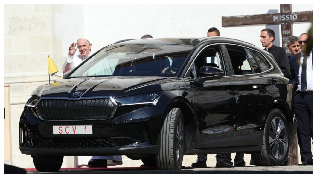 教宗方濟各近日出訪斯洛伐克,搭乘的是Skoda最新的電動車款Enyaq iV。(圖片來源/ Skoda) 教宗也瘋電動車! 搭Skoda最新Enyaq iV特別改裝版出巡