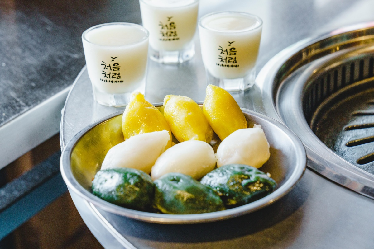 1秒飛韓國!「新村站著吃烤肉」打造韓式慶典,道地新稻酒、松餅免費送