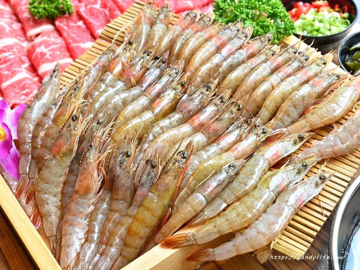 加1元爽嗑40隻蝦!台中「平價鍋物」必點20盎司肉盤,滿料相撲鍋有2隻雞腿