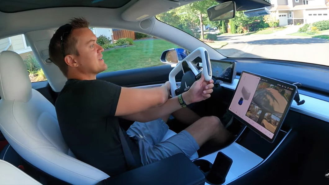 Model S Plaid的Yoke方向盤好使否?Youtuber CF Tesla改裝它的Model 3試給你看。(圖片來源/ 擷取自Youtube) 夯貨Yoke方向盤好不好使? 網紅土炮改Model 3試給你看