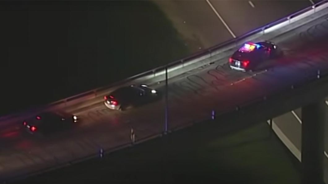 警車靠著ADAS系統的自動煞停將酒駕特斯拉攔下。(圖片來源/ 擷取自Youtube) Tesla酒駕闖高速公路 警車掌握Autopilot弱點把車攔下