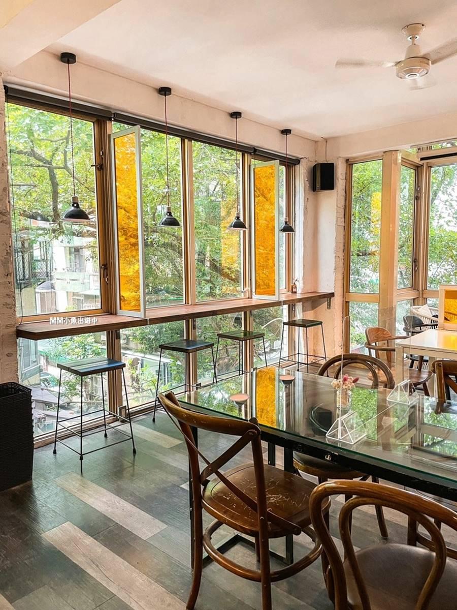 宛如置身森林!台北「巷弄咖啡廳」打卡整片窗景,必點大人味核桃布朗尼