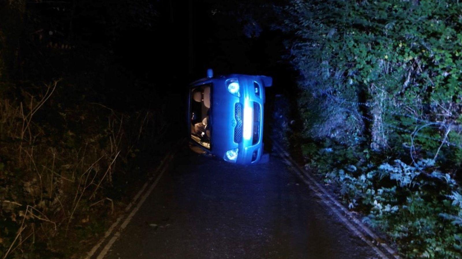英國警方獲報一對情侶檔車震到翻車。(圖片來源/ 擷取自達比郡道路警察Twitter) Yaris車震實測失敗? 情侶檔裸上身連人帶車側翻在路上