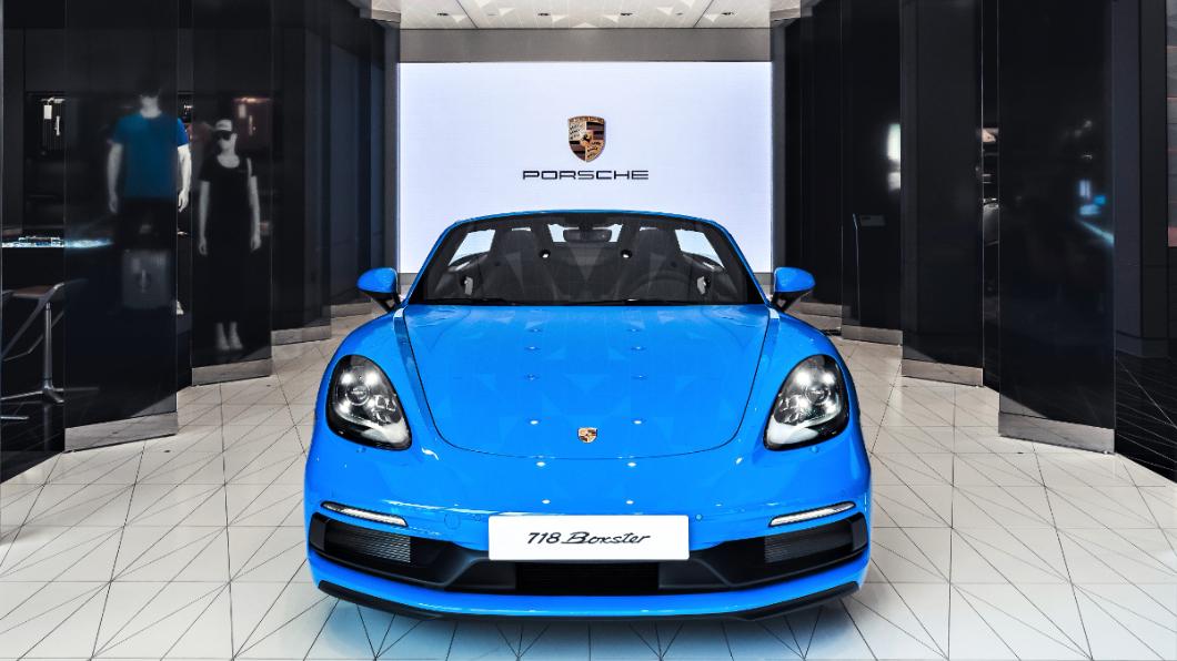 新竹保時捷都會概念店特別展出一部限量周年紀念的Porsche 718 Boxster GTS 4.0。(圖片來源/ 保時捷) 新竹保時捷週年感謝祭 展出全新青鯊藍718 Boxster