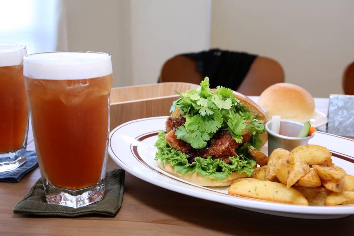 【新開店】漢堡控快嘗鮮!台中創意炸雞堡鋪滿滿香菜,再加醬香炒洋蔥超搭