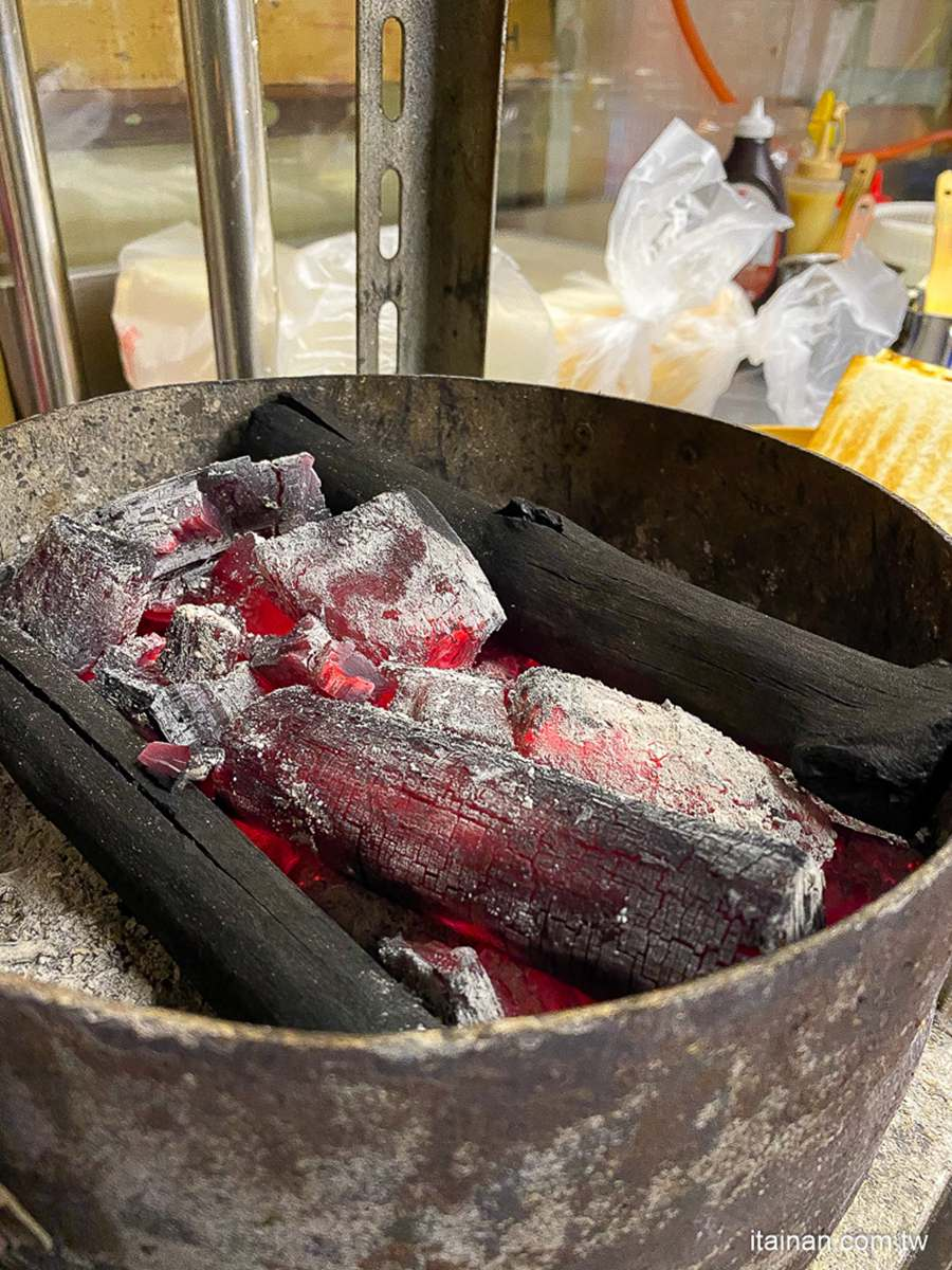 每日限量!台南日式吐司夾「大塊炸牛排」超邪惡,相思木炭火直考保留古早味