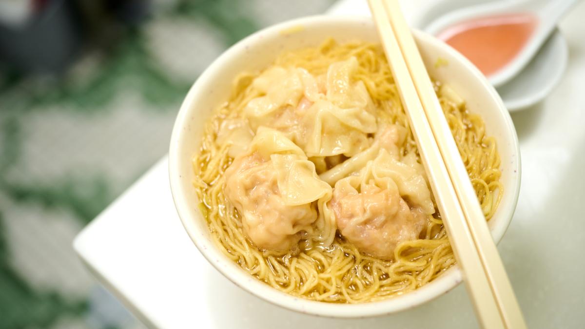 包進一整尾大蝦的雲吞吃過沒?找「蝠鼠吊金錢」、逛平民夜總會,回味老香港就到西九龍