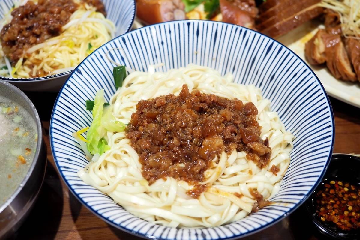飄香30年!宜蘭「人氣小吃」必點滿滿膠原蛋白滷豬腳,肥瘦適中滷肉飯超唰嘴