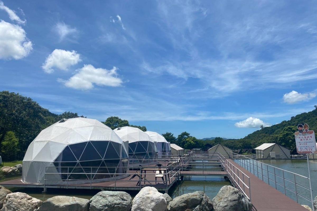 全台首座水上球形屋!花蓮豪華露營「鯉魚潭露營渡假村」,泡湯賞山景超愜意