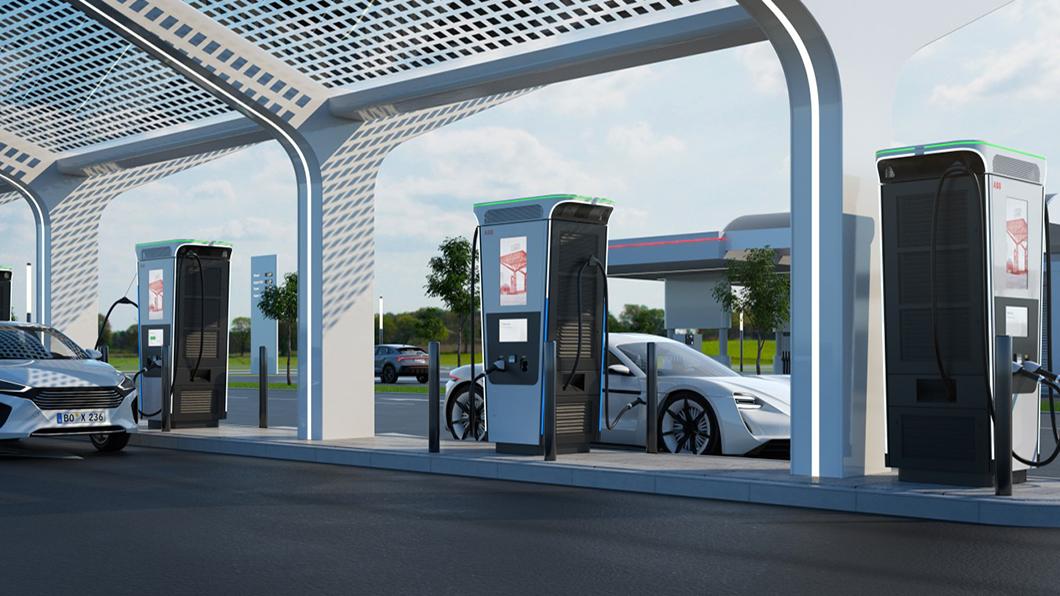 ABB新型的Terra 360被譽為世界上最強大的電動車充電器,免3分鐘即可為你的愛車換來100公里的續航里程。(圖片來源/ ABB) 不到3分鐘給你百公里續航力 ABB最速快充電爆特斯拉超充站