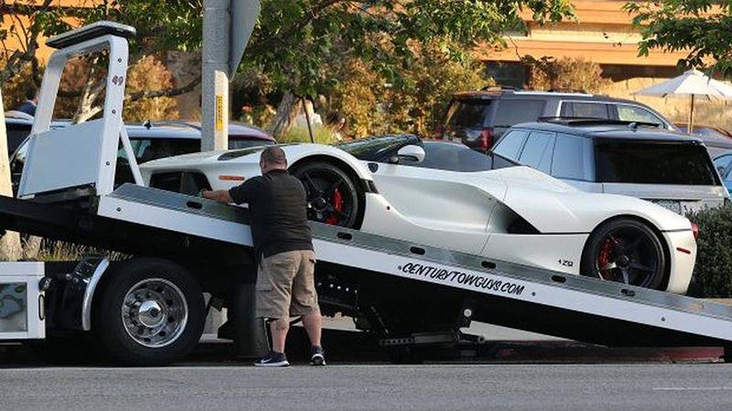 小黑雇用了一輛拖車跟小弟,單純為了在他開心玩樂之後將愛車送回車庫去。(圖片來源/ Magazine Prodriver CZ_FB) F1世界冠軍Hamilton獲封超跑管理大師! 愛車開爽了專人拖回家