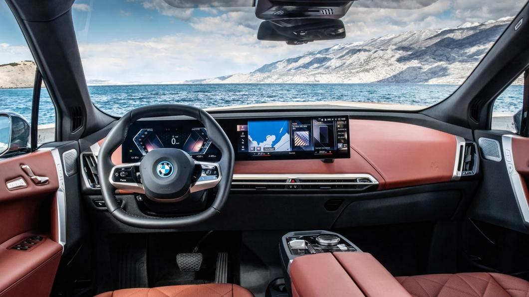 可折疊方向盤的設計將會讓駕駛的腿部空間得到擴展。(圖片來源/ BMW) 方向盤竟然可摺疊收納 BMW全新專利曝光!