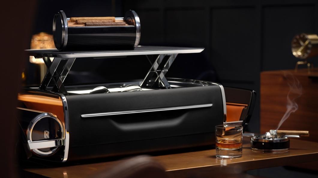 這款Cellarette裡面可以裝載品酒的器具以及雪茄,對於層峰人士來說這些享受都是日常。(圖片來源/ Rolls Royce) 一卡威士忌酒箱竟可以買雙B豪車 勞斯萊斯出品果然奢華!