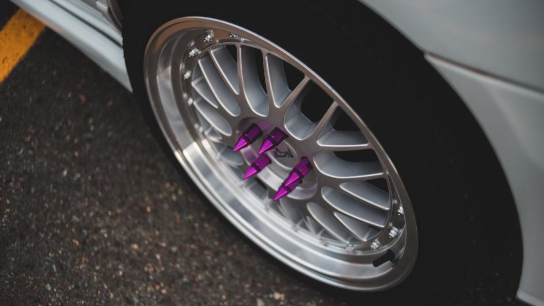 最近在抖音上面流行鬆開別人的車輪螺母進行挑戰,如果不想受害可以換上特殊螺母,如此一來別人就無法輕易鬆開。(圖片來源/ Pexels.com_Erik McLean) Lug Nut抖音挑戰可能害死你! 上路前記得檢查輪胎是否鎖緊