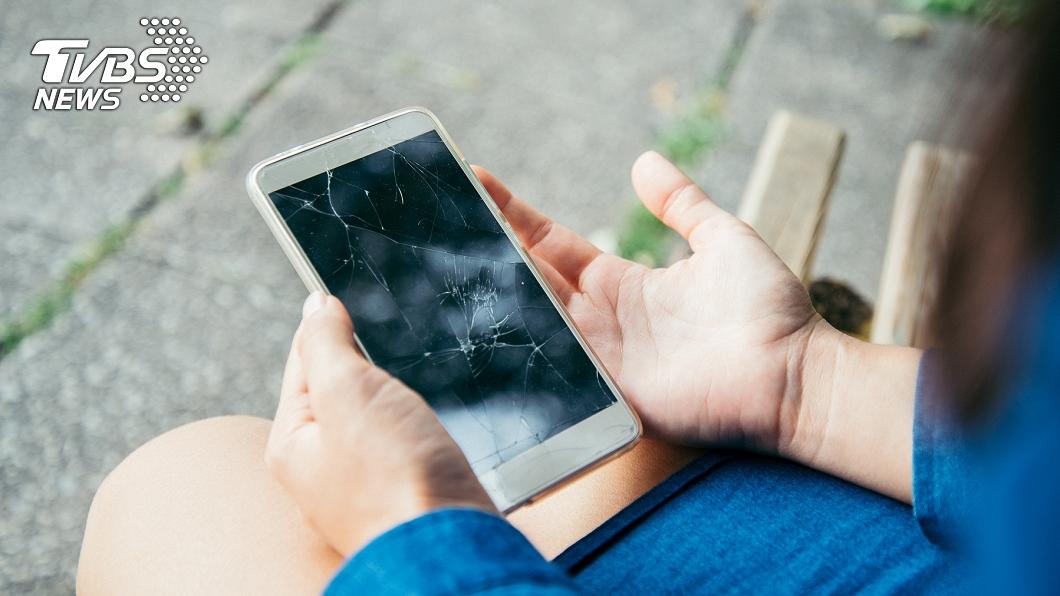 該名網友詢問大家認為應該要賠償多少的比例才合理,但其實根本一毛都不用賠。(示意圖/shutterstock達志影像) 路上壓到手機竟然要賠錢! 網友表示:「不要傻傻被騙了!」