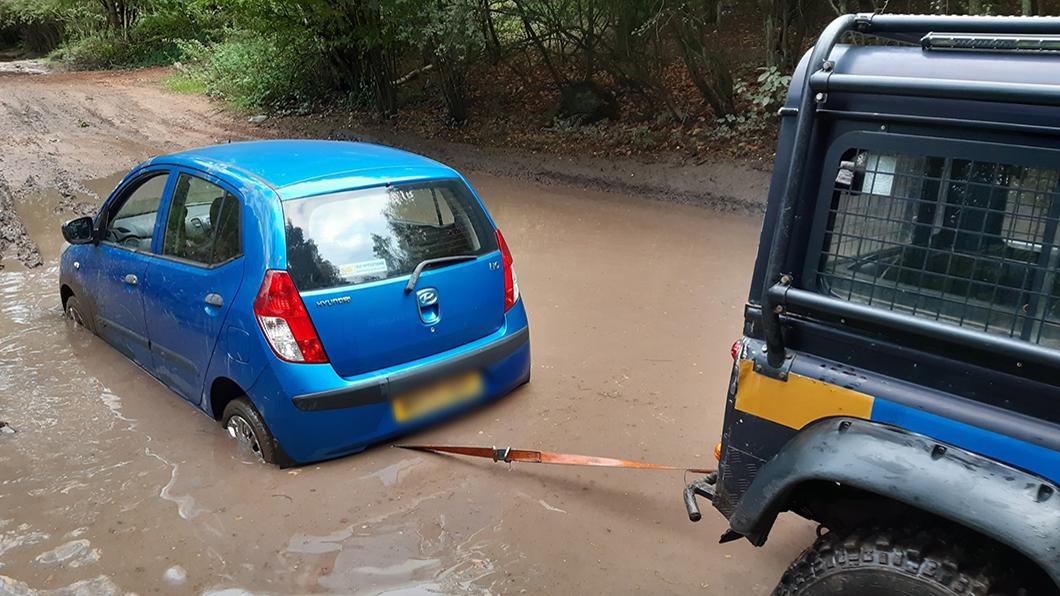 一位女性駕著Hyundai i10聽從導航系統指示最終刁車爛泥水坑裡,獲救後她說:導航叫我往前開的。(圖片來源/ Mansfield Police) 小掀背車衝水坑刁車 駕駛:導航叫我往前開的