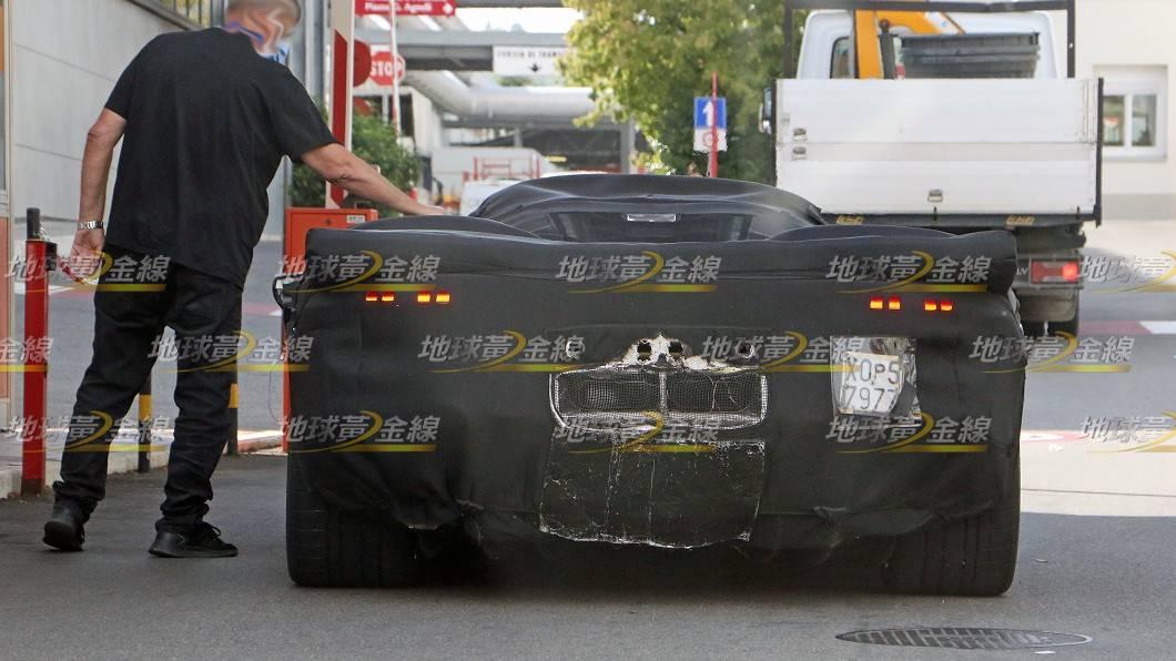 法拉利旗下Icona特殊限量系列的最新車款,將是11月發表亮相、接替La Ferrari地位的全新馬王!(圖片來源/ TVBS) 間諜照/法拉利全新馬王落網! 改中出尾管 馬力預估破千匹