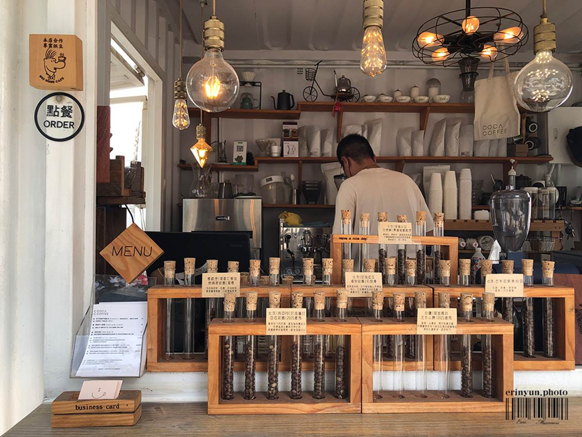 美拍白色貨櫃!新竹「露天咖啡吧」有濃濃海島度假風,義式拿鐵喝得到堅果香