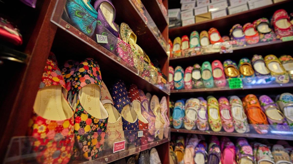 「筒子」最難刻!獨一無二手雕最美麻將、超時尚繡花鞋少女瘋搶,來聽香港職人說故事