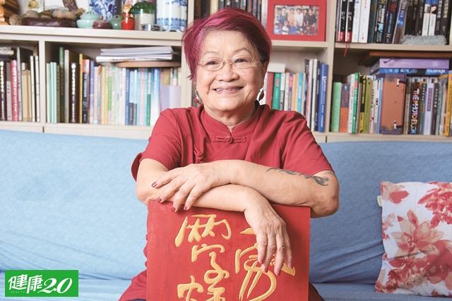 樂齡生活|75歲刺青、染紅髮 把旅行當存款的狂野嬤
