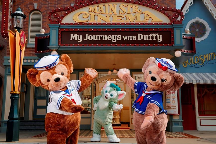 香港迪士尼的美國大街上推出一間「達菲Duffy和雪莉玫Shelliemay」專賣店,還可以看到新朋友貓畫家小東尼,另外也搭上電影動畫熱潮,推出達菲和海底總動員相關周邊。 香港2大樂園出招!海綿寶寶、達菲熊搶拉暑假客