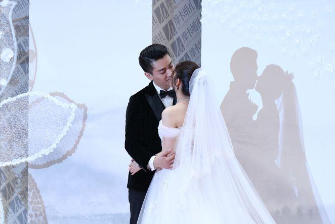 圖/達志影像TPG 陳妍希乘小船進場 戶外婚禮似仙女下凡