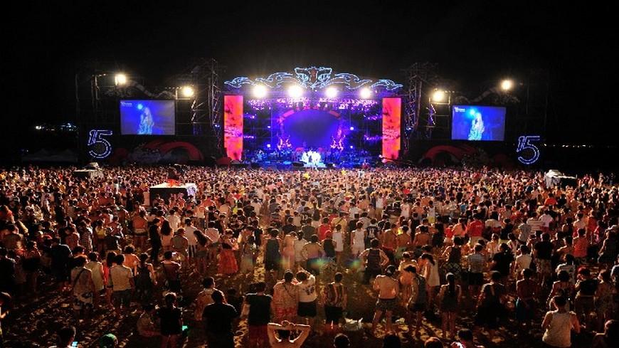 今年的貢寮國際海洋音樂祭確定在7月22日至24日登場,讓不少人非常期待,今年邁入第16屆,早已成為暑假盛事之一。 海祭怎麼玩?交通+美食資訊一把抓!