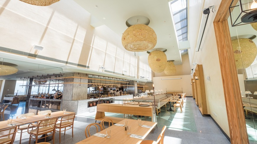 台北松山意舍酒店剛開幕,17樓的Que餐廳也在近期對外開幕,最特別的是從西班牙引進全台灣唯一的夢幻訂製烤爐,利用台灣荔枝木與龍眼木的香氣,推出燒烤料理,讓食物有淡淡木香。 高空Buffet新開幕!「原木燒烤」更健康
