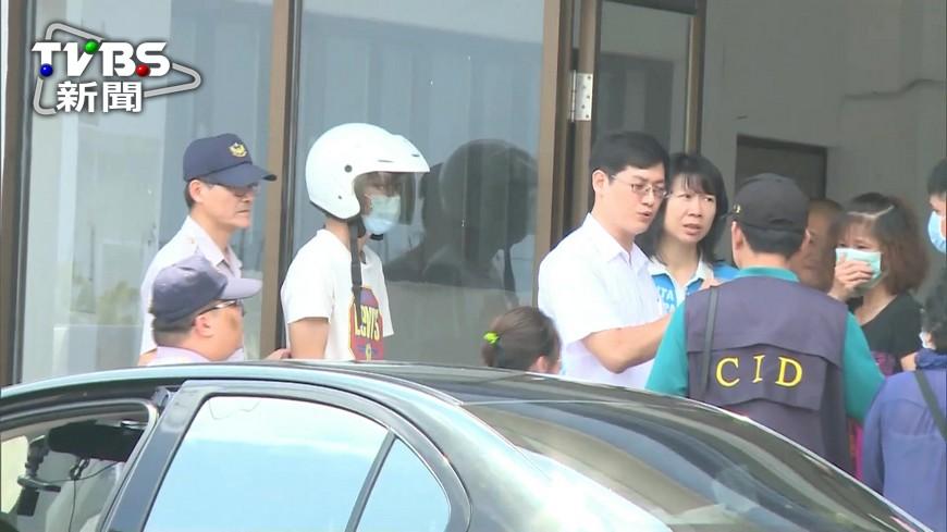 圖/TVBS 不捨母親遭父家暴 兒子畢業急返家幫忙