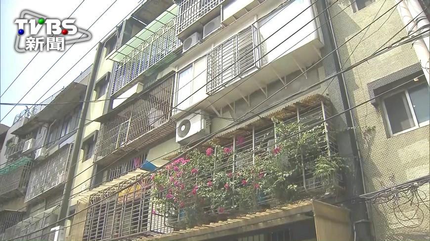 圖/TVBS 三樓陽台墜落一樓 疑遮雨棚擋男童輕傷
