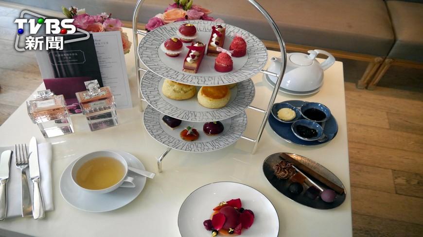 台北文華東方酒店今年再度和精品品牌DIOR合作,根據香水基調來設計甜點,將香水中的莓果、玫瑰、水蜜桃、牡丹等融入甜點中,像是玫瑰藍莓塔、蜜桃香草蛋糕、莓果冰沙等。 來這最浪漫!精品、珠寶盒下午茶夯
