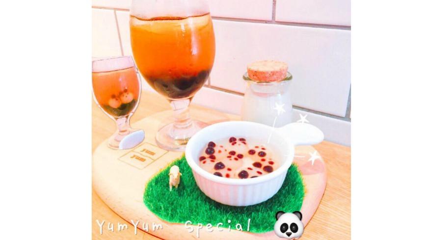 東區這家美式餐廳「YumYum Deli」,近來推出新品「熊貓珍珠」,一端上桌,白色一顆顆像是湯圓般的珍珠另外放在小器皿中,仔細看多了眼睛嘴巴,還有兩個圓圓耳朵,讓人直呼可愛。 限量製作!東區咖啡廳吃得到「熊貓」珍珠