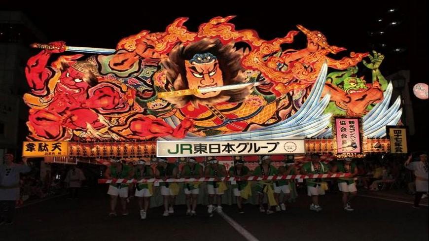 每年在日本夏季8月2日至8月7日,青森縣都會舉辦「睡魔祭」,最後一個晚上還會選出最佳的5個燈籠,舉行海上遊行、煙火大會非常熱鬧,吸引超過300萬旅客參加。 體驗3大祭典!4小時直飛仙台玩東北