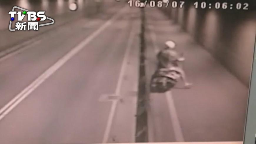 圖/TVBS 騎士自撞護欄2次 摔落3米深汽車道輾斃
