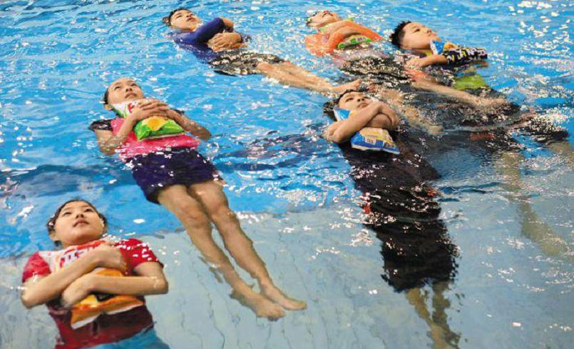 南韓游泳生存教育 學生胸口抱餅乾漂浮