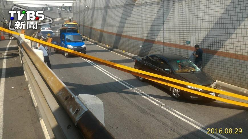 圖/TVBS 快訊/撞過港隧道!疑貨櫃車撞橫樑 壓傷3人
