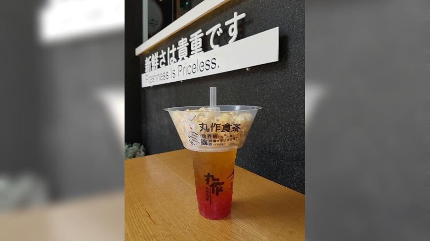 在台南擁有超高人氣的茶飲店終於北上,以手作粉圓聞名的手搖飲料店,現在跟爆米花業者合作,將飲料、爆米花結合,推出「歡樂碗組合」。 看電影不分心!爆米花+飲料雙拼一手拿