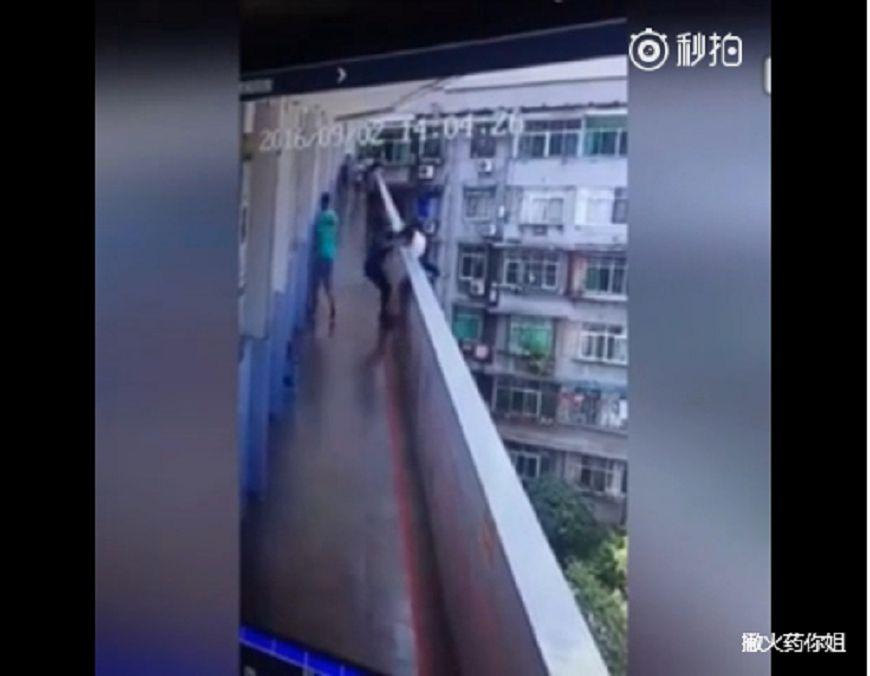 早戀悲劇!陸2高中生搶男友 扭打墜樓1死
