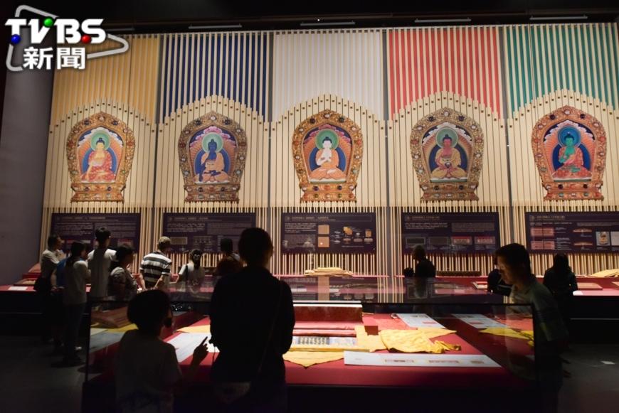 故宮南院主要展示「亞洲藝術文化」有別於台北故宮博物院展市眾多中國古文物,故宮南院則是比較聚焦在東南亞、印度、南韓、日本等地的展示,而鎮店之寶就是清康熙朝的「龍藏經」,價值超過百億元。 價值上百億元 故宮南院必看「龍藏經」