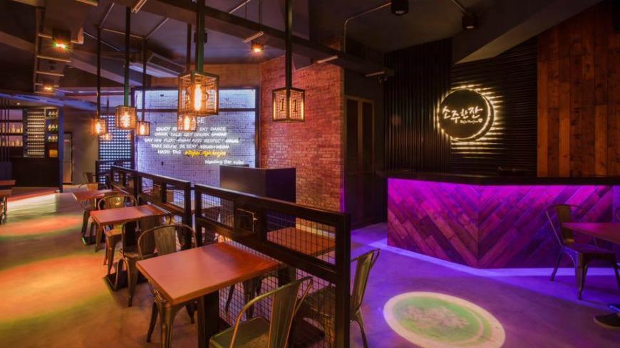 這家位在信義區的韓式餐廳「燒酒一杯」,8月7日才剛開幕,老闆之前住在韓國,所以才想把很受韓國年輕族群的hunting bar文化引進台灣。 想認識歐爸?來這體驗韓「hunting bar」文化