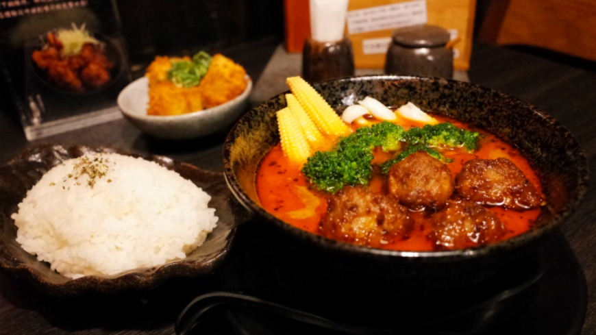 天氣稍微變涼,來自北海道的拉麵品牌,現在除了端出濃郁的拉麵外,也開賣北海道特色美食「湯咖哩」,平日午餐時段提供,只在台灣東區總店吃得到。 湯咖哩好夯!日式拉麵店也開賣