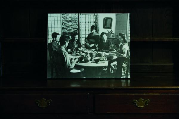 柳宗悅故居居室裡展示的圖片。柳宗悅夫婦和兒子柳宗理一家團聚的舊照。桌上的餐具都是柳宗悅搜集的民藝品。這座西館每個月只對外開放四天。