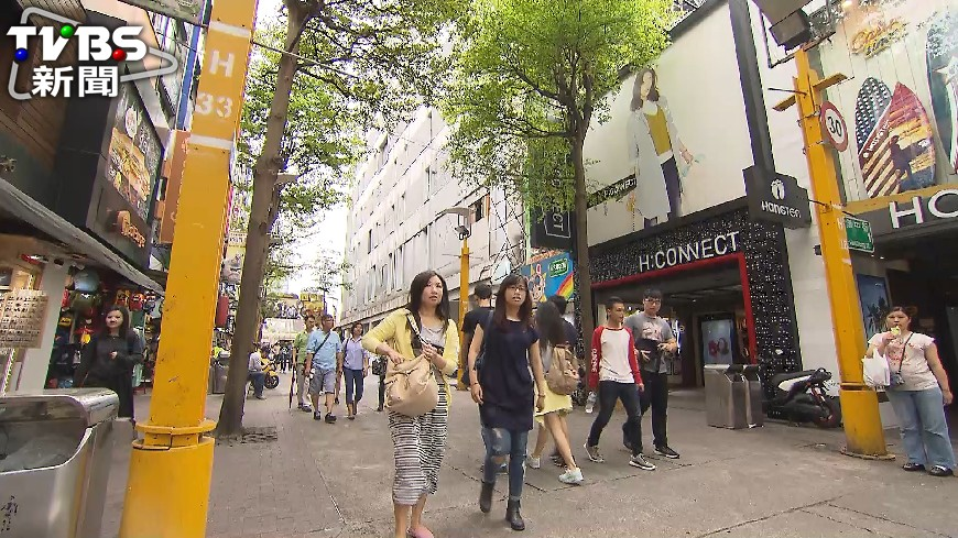 在台的日韓觀光客增加了,因此就有網友好奇在PTT上發問,「日韓觀光客來台灣會不會覺得很潮?」,結果被不少網友吐槽,不是潮,是因為便宜跟近。 日韓遊客覺得台灣潮?網友:錯了是這原因