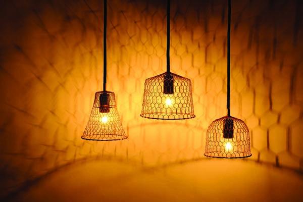 ▲圖片來源/寫樂文化提供   使用金網的燈具,是在將日本傳統產品向海外推進的新設計。他把燈具變成室內裝飾,為京都的傳統技藝來了新風潮。